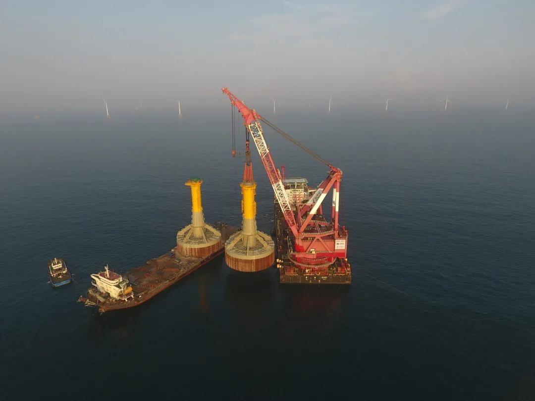 我国南海海域完成首批大直径单柱复合筒风机基础安装